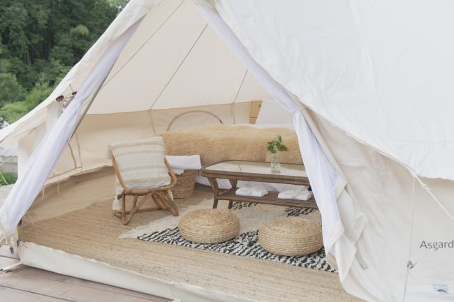 テント内にはベッドのほか、ソファなども完備でくつろげる。