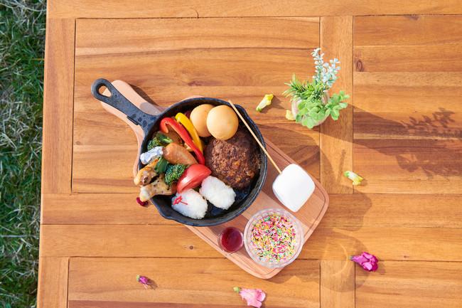 お子様ワクワクグリルセット 内容:シェフ特製但馬牛ハンバーグ安心野菜添え、但馬どりの手羽元、骨付きフランク、焼きおむすび、プチ米粉パン、ミニスモア(マシュマロ)セット