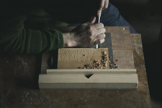 栗本家具での木皿彫り