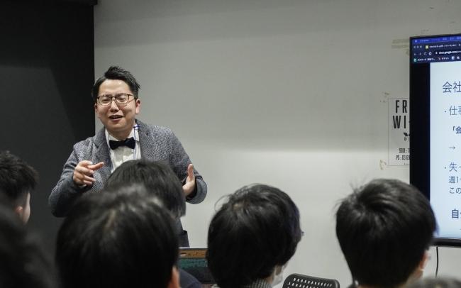 プログラミング教室に通う生徒にフリーランスとしての働き方について講演する石澤