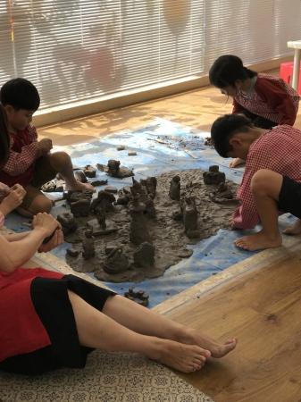 粘土場で大きな作品を共同制作