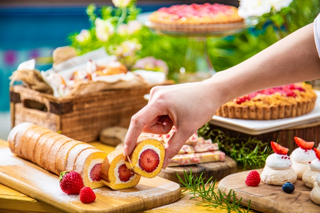 煉乳クリームを使ったロールケーキや、メレンゲのサクサク感が絶妙なニュージーランドの伝統菓子パブロバ。