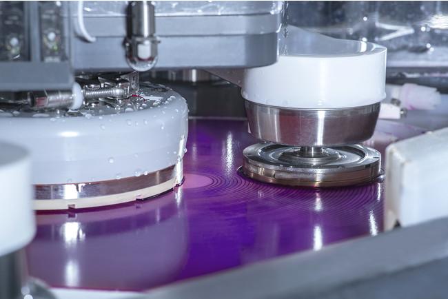 Mirra(R) Durum(TM) CMPは、SiC半導体メーカーが200mmの大口径ウェーハへの生産移行を進めるのをサポート。最高の表面品質を備えた均一なSiCウェーハを生み出すため、研磨、材料除去の計測、クリーニング、乾燥が1台にインテグレートされている
