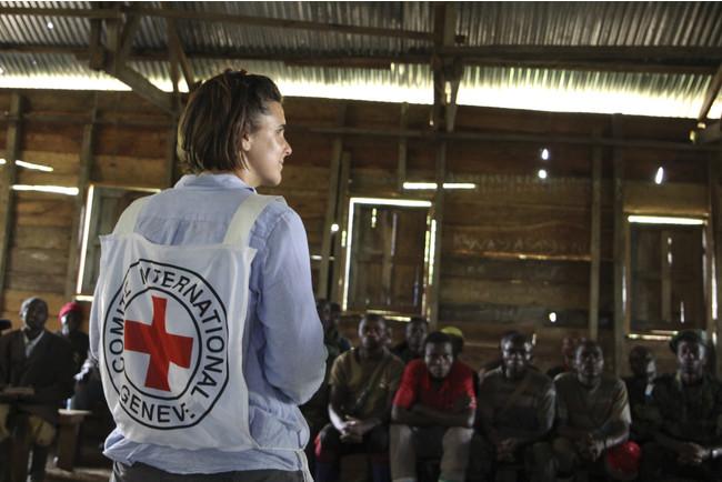 コンゴ民主共和国で武装勢力の人たちを対象に国際人道法について話すスタッフ。(C)ICRC