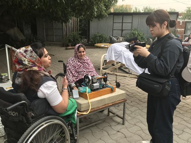 パキスタンの障がい者支援を取材する石川奈津美さん (C)ICRC
