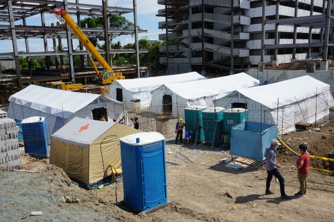 フィリピンのケソン市パヤタス地区の刑務所敷地内に設置された隔離テント棟4棟 (C)ICRC