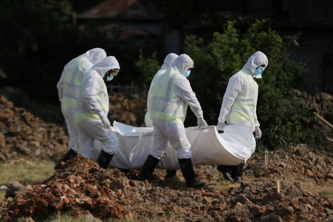 新型コロナウイルスに感染した遺体を運ぶ赤十字ボランティア(バングラデシュ) (C)ICRC