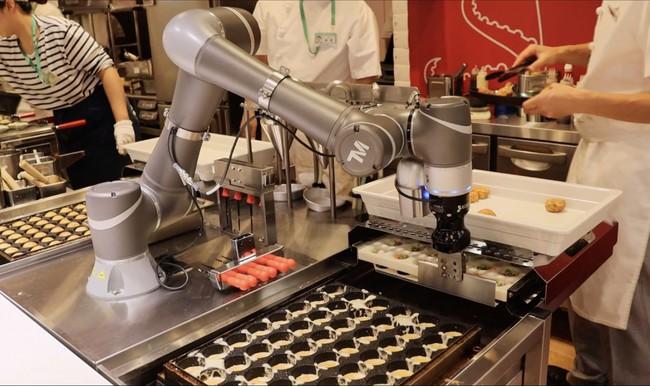 スタッフと一緒に協働するロボット(写真提供:コネクテッドロボティクス株式会社)