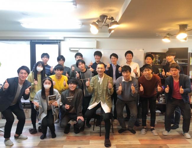 『 最大限「 学び 」を「 お金 」に変える技術 』著者 井上 裕之 氏と参加者による集合写真
