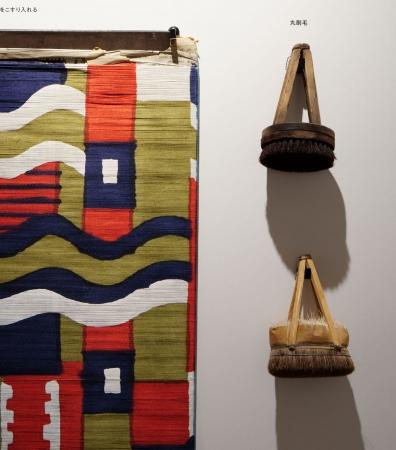 捺染作業により図柄が染められた緯糸と、その作業に使用する牡丹刷毛。この後、織りの工程に進む。Photo Nacasa & Partners