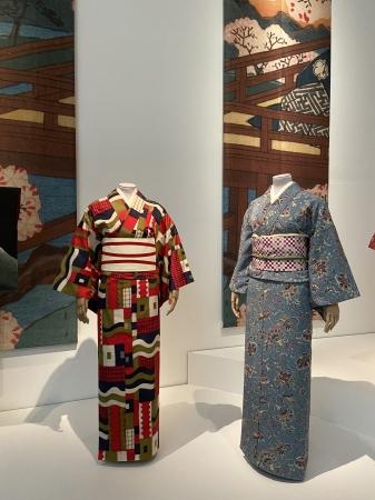 〈参考〉ヴィクトリア&アルバート博物館で開催されている展覧会Kimono Kyoto to Catwalkでの「21世紀銘仙」の展示風景。(写真左)