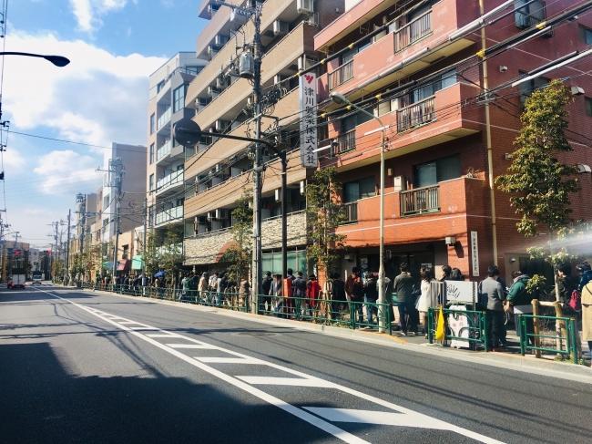1日オープンした時の様子。オープン前から100人近くが並びました。