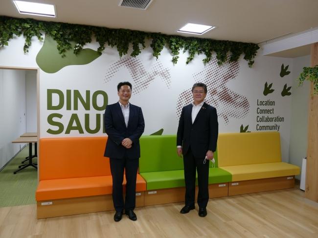 リコージャパン株式会社代表取締役坂主智弘様(写真右)と弊社代表取締役村木雄哉(写真左)
