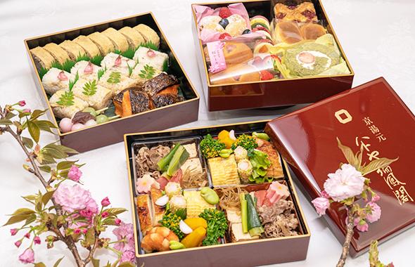 一段目・二段目には、『京湯元 ハトヤ瑞鳳閣』特製・ホテルメイドの春の味覚を、 三段目には、京都でおなじみの洋菓子店『BAIKAL』のスイーツを彩り豊かに詰め込みました
