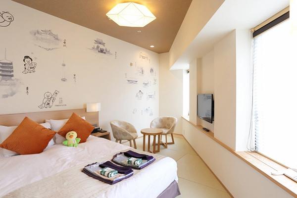 京都の名所と四季の花、あちこちの見どころを案内するはとピョンの姿が描かれた壁紙が、部屋にいながらにして京都観光気分を誘います。