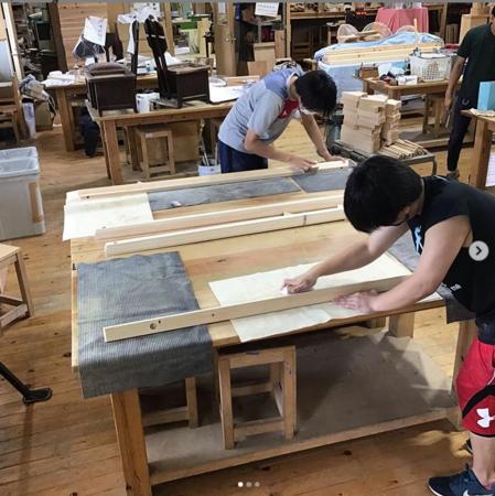 感染予防のためのアクリルのパーテーションを学内木工所で作成する男子部の生徒