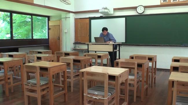 1学期は休校し、すべての授業は時間割通りにオンラインで行った。男子部(中等科・高等科)の教室にて。