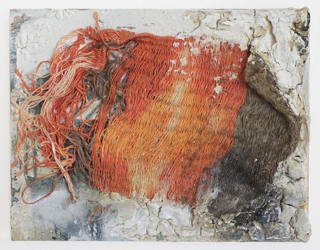 高野萌美 「ファーム (瞬く草)」 2021年 手織の布、壁材、スプレー、木製パネル 14x18cm