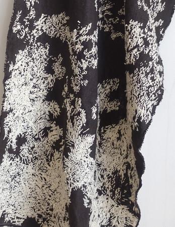 高野萌美 「グラヴィティ」 2021年(写真は作品の一部) 布、糸 サイズ可変