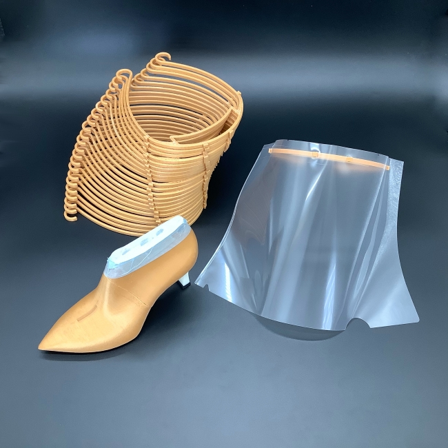 フェイスガードと3Dプリントしている靴型
