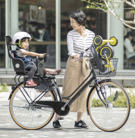 ダックスは、大人の自転車の前カゴに入る大きさにたためます