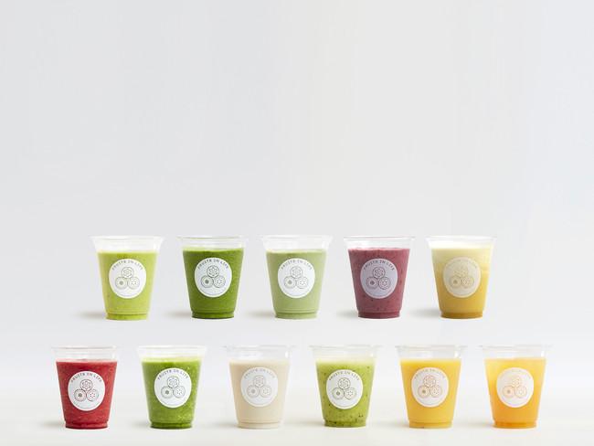 """【""""スムージー"""" 全11種類 Mサイズ550円、Lサイズ700円(税抜)~】 オーダーを受けてから搾るスムージーは、フルーツの本来持つ甘味のみで味付けしており、加糖は一切行わない"""