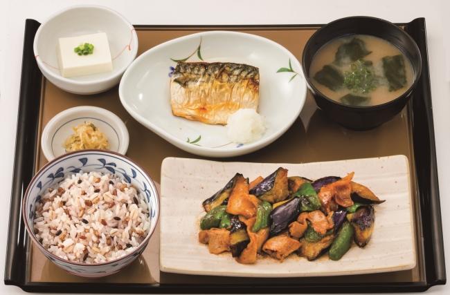 『なす味噌と焼魚の定食 もち麦ごはん』960円(税込)