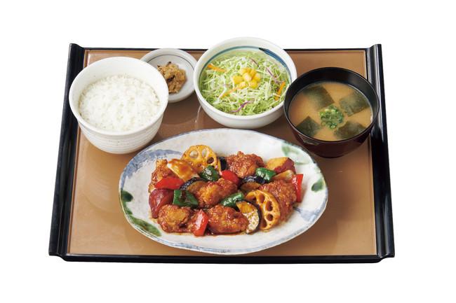 ~1/3日分の野菜が摂れる~ 彩野菜と鶏の黒酢あん定食 830円(税込)