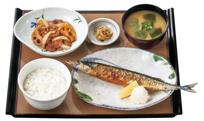 さんまの塩焼と牛肉炒めの定食 860円(税込)