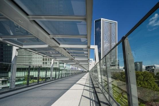 <浜松町駅からオフィスタワーをつなぐ歩行者デッキ>