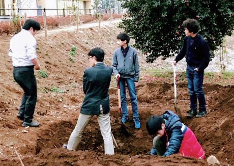 環境アセスメントを経て、敷地内の森にビオトープをつくる生徒