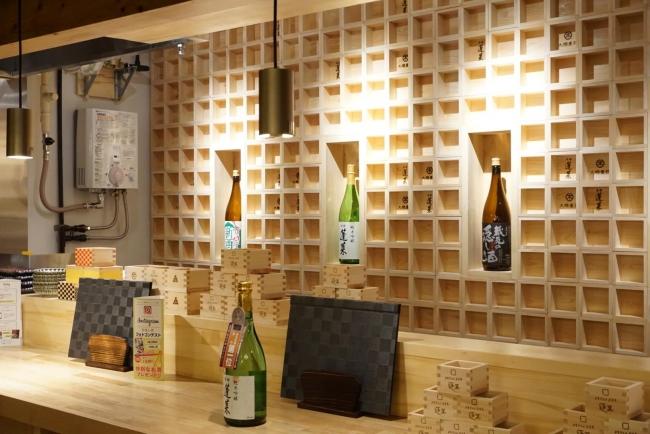 カウンター背面に枡を用いた日本酒バーの内装デザイン(岐阜市)