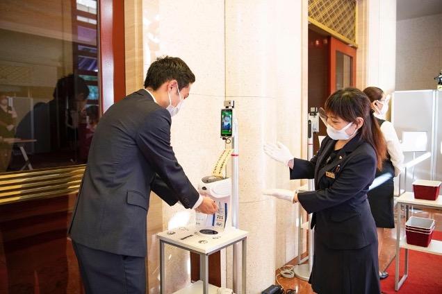 歌舞伎座入場口にて検温と手指消毒の様子(松竹株式会社より写真提供)