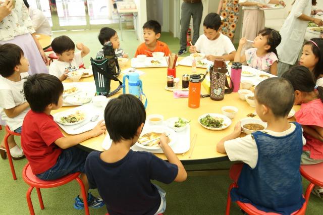 社員食堂で社員の子ども達も和気あいあいと食事を楽しむ(コロナ禍の現在はお弁当で対応中)