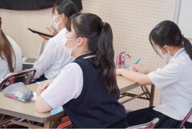 熱心に耳を傾けメモをとる生徒たち
