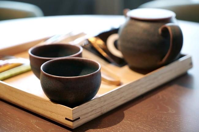 京都・清水焼の茶器を用いた客室アメニティ