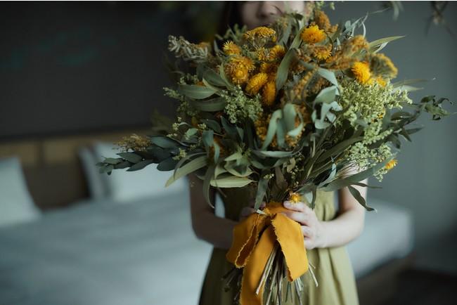 大きな花束を抱えて、思い出の一枚を