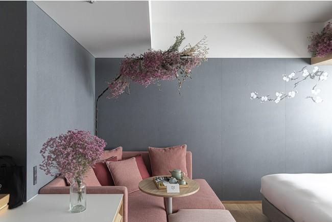 ピンクの大きなソファの上にお花のシャンデリア