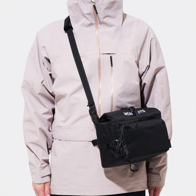 バッグサイズを小さくするコンプレッション機能。斜めがけのサコッシュとしも使えます。