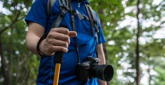 登山時はカメラを首からかける方を多く見かけます。首への負担がかかる上に登りづらいと感じている方も多いのでは。さらには、大切なカメラが剥き出しになってしまっています。