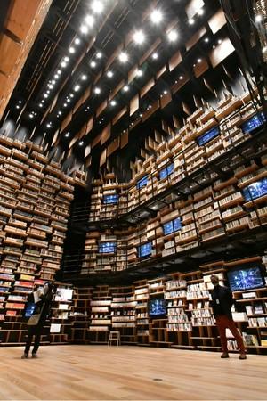 天井高約8メートルの本棚劇場