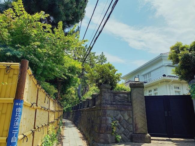 お店の前の道。石垣の壁沿いに路地の奥に進むとちょこんとGOKOTI YUIGAHAMAが現れます