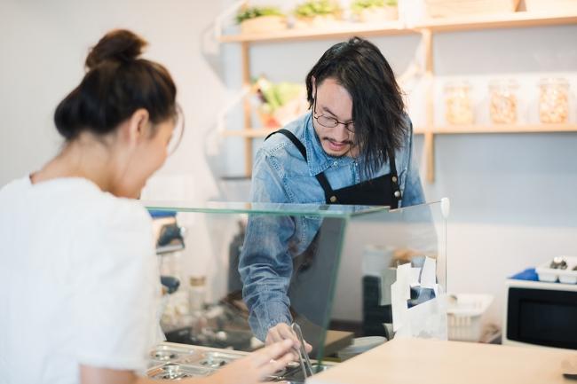 ローカルが愛するお店のスタッフは個性的でフレンドリー。料理だけではなくぜひ会話も楽しんでください