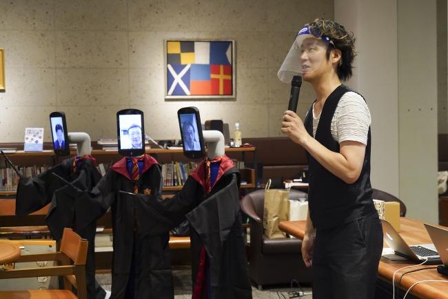 アバターロボットで参加した3人のラーニングアドバイザーと谷中修吾教授