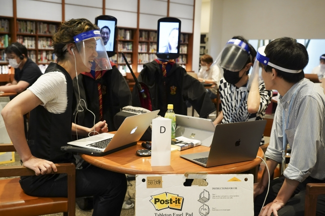 オンラインのミーティングルームで討議していた学生が物理的な実体を伴ってアバターで出現
