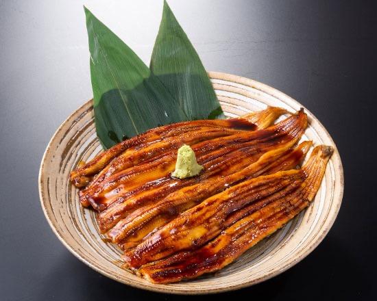 【ジン名物】煮穴子の炙り焼き(2本)(税込¥1,580) 秘伝のタレで炙った煮穴子の炙り焼きです。一度おつまみとしてもお召し上がりください。