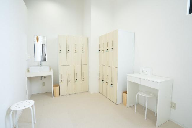 お客様専用ロッカールームは 明るく落ち着いた雰囲気で清潔感のある空間