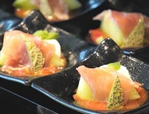 7、「太陽を沢山浴びたトマトと 静岡産メロン、生ハムを添えて」
