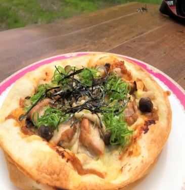 キノコと照り焼きチキンのトリュフソースピザ