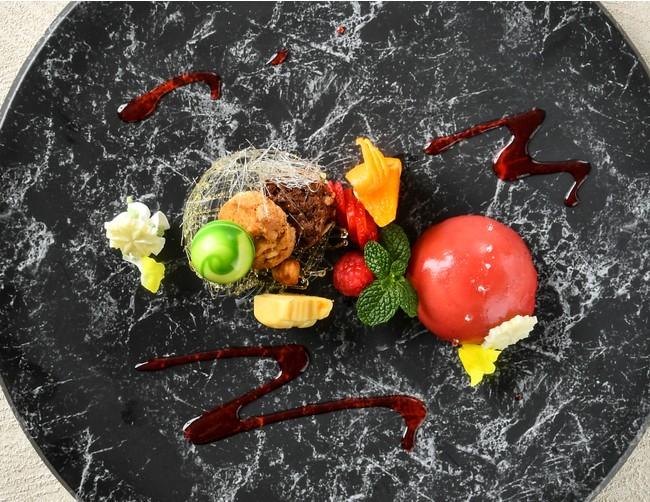 特製デザート「苺とバニラのムース 恐竜と雪景色」